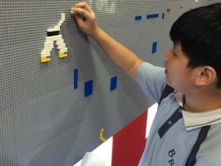 學生可以自由地在牆上拼砌積木,發揮創意。