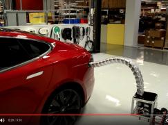 揸 Tesla 都要配埋呢個自動充電先叫做完美