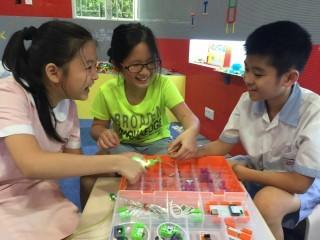 學生利用「磁石電子積木」來動手製作不同的發明品。
