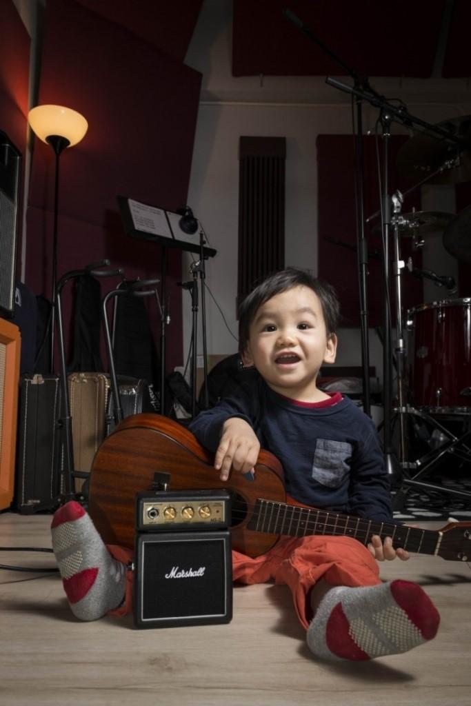 拍攝起來,即使1歲半的孩子也像音樂人,對幼兒來說,有聲音多半很高興,也是孩子真實的寫照。