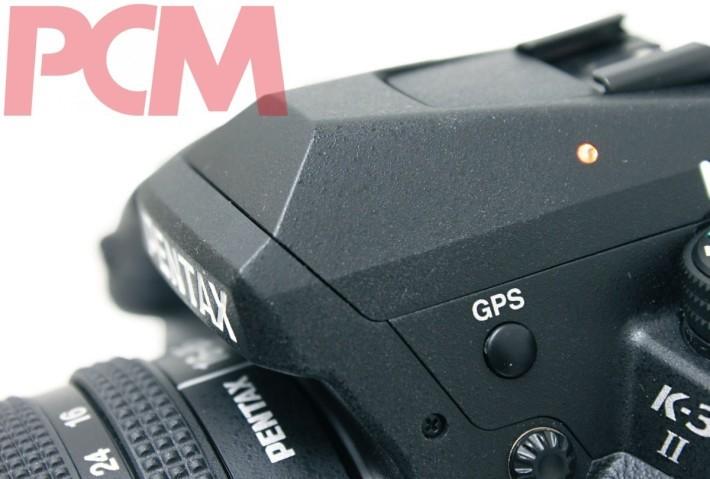機頂的獨立 GPS 開關方便攝星,因為 Astrotracker 功能要開啟 GPS 才能運作,不過就取消了內閃。