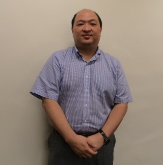 香港小童群益會服務總監陳碧輝,也是一位社工,他指出家長以身作則多與孩子溝通是最佳做法。