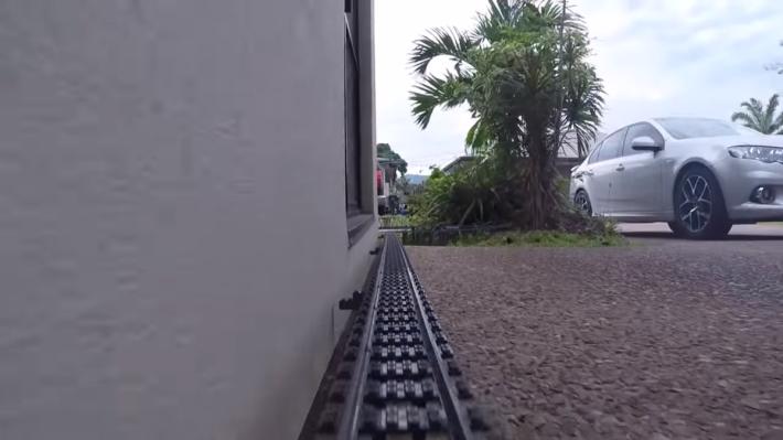 火車模型貫通多個房間,後半段更衝出花園,各位可以看著火車走進草叢。