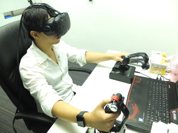 眼睛望著虛擬的戰鬥機倉,手上則握著飛行操作桿,可以說是記者玩過的遊戲中,感覺最逼真及有趣的虛擬遊戲。