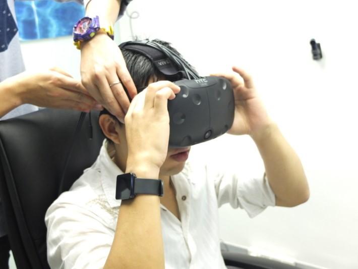 HTC Vive 的頭戴式顯示器,看起來好像很雜,不過記者僅花幾分鐘時間已學會自行佩帶。