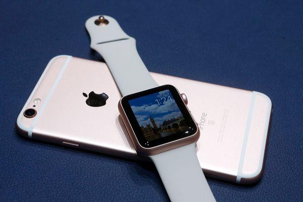 早期的 Apple Watch 需要連接 iPhone 來使用,部分運算需要依賴 iPhone 處理。 Apple 的 VR/AR 裝置可能也會是這樣。
