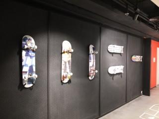 牆上嘅滑板塊塊都唔同花架!