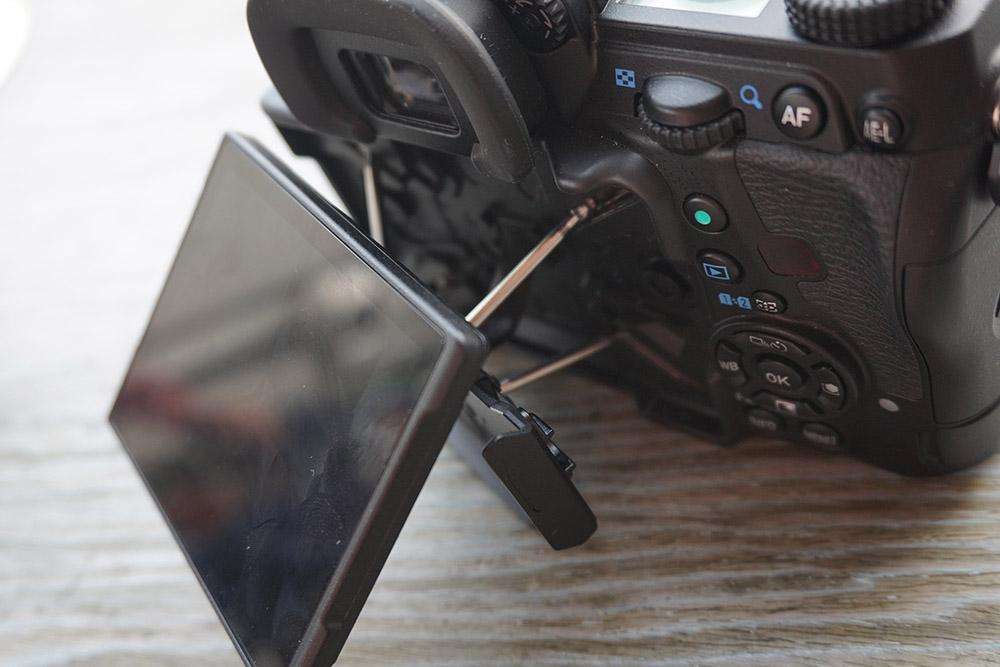 機背 3.2 吋 LCD 有特別設計,可作多角度活動。