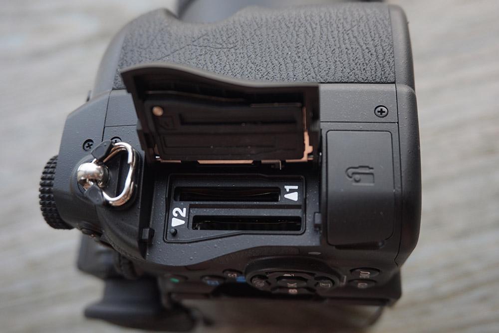 使用雙 SD 卡槽設計。