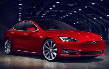Tesla S 行駛中故障並瞬間起火