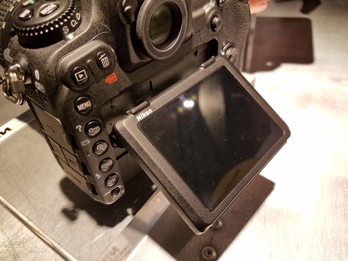 翻揭式觸控屏幕幫助拍攝錄影。