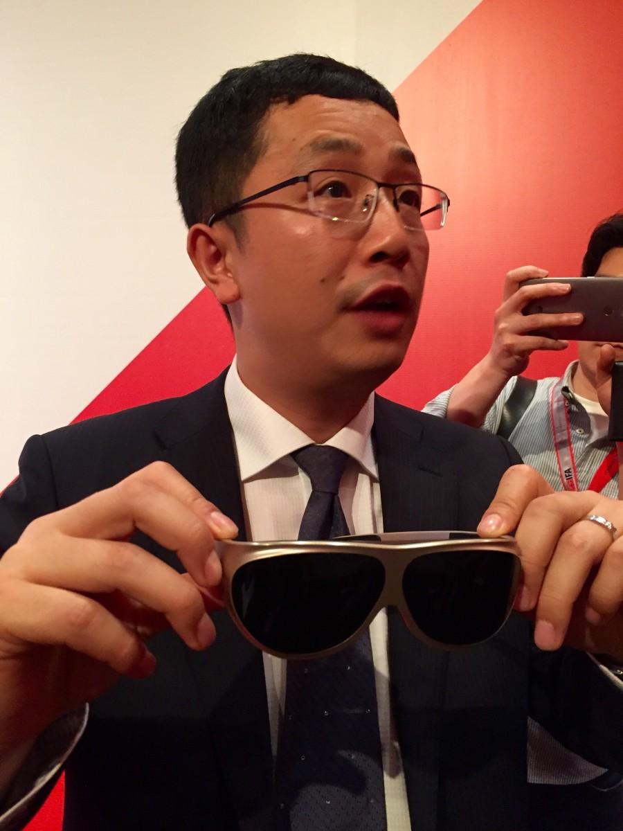 Dlodlo 行政總裁展示該公司最新的 Glass V1,令 VR 頭戴設備不再又大又重。