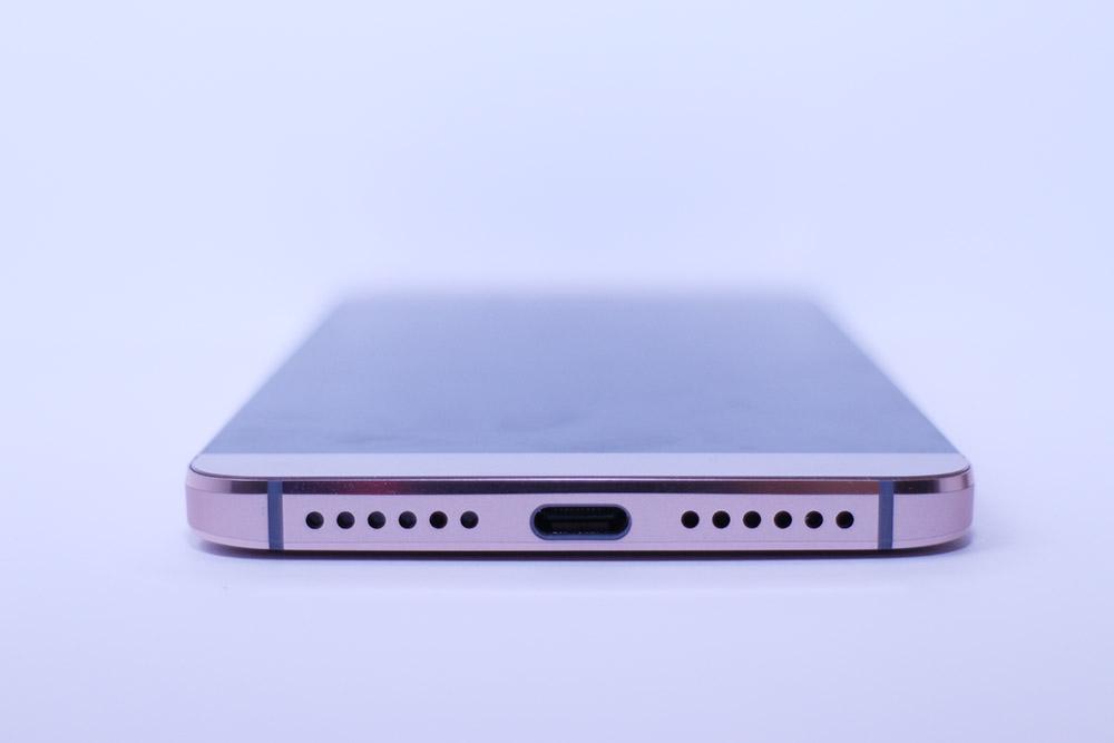 三款手機都飛走了 3.5mm 插頭,要使用USB Type-C耳機或轉接器去聽歌。