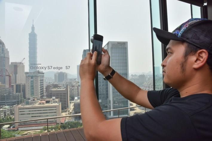 攝影師以 S7 edge 配合鏡頭套裝拍攝。