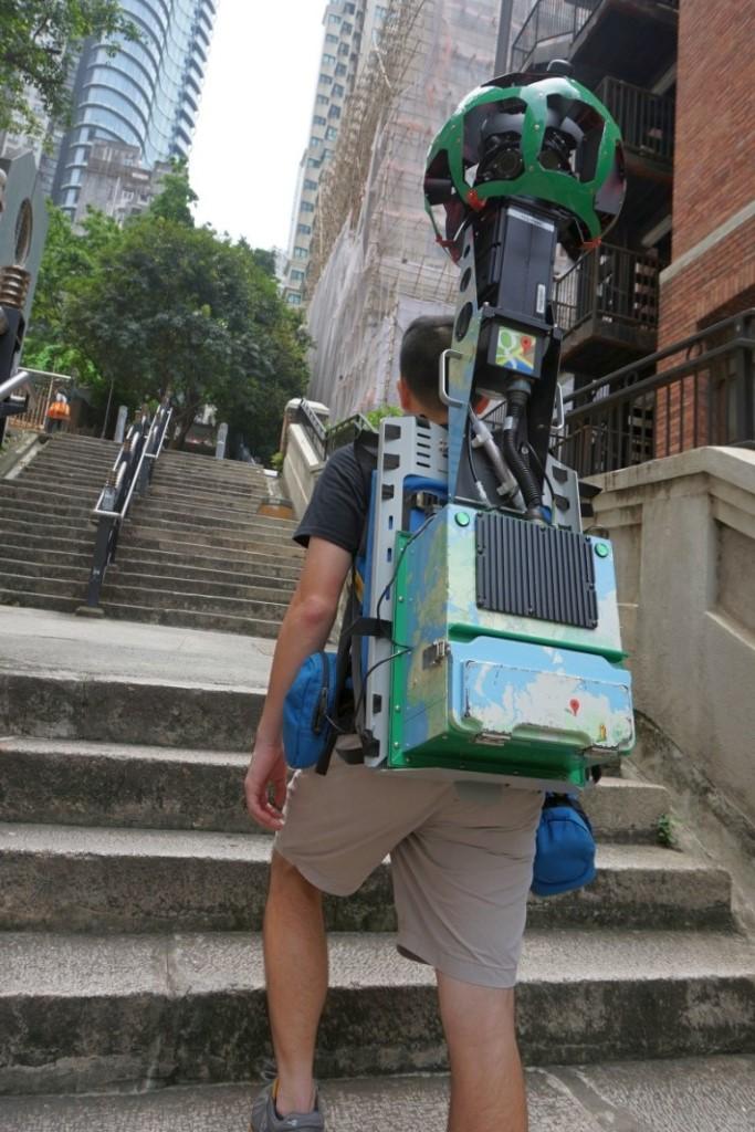 街景背包會自動每 2.5 秒拍攝一次,Raf 只需要保持平穩步速行走就得。
