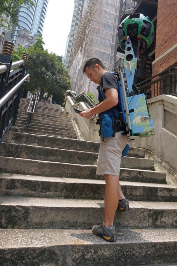 Raf 揹住 18kg 嘅街景背包走過幾十級樓梯,依然面不紅氣不喘。