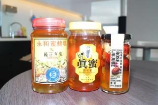 本地蜜蜂場出產的蜂蜜,有老牌子的冬蜜,也有新品牌的春蜜。