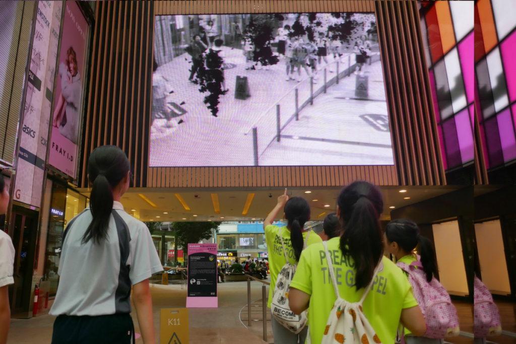 《蠅像》透過攝錄機,有一萬隻蒼蠅與學生互動,靜止不動就會停在身上,相當有趣。