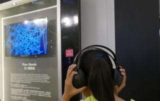 學生戴上耳機,看著《五》的熒幕,各有不同感受。