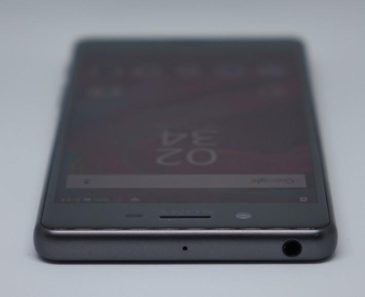 Xperia X Performance 的機身四邊採用一體化設計觸感,配合 2.5D 弧形屏幕玻璃,造工細緻。