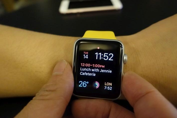 Apple Watch介面-至於Apple Watch則有點不同,除下Apple Watch後會上鎖,戴上後便需以密碼解鎖,跟著按兩下Side Button進入Apple Pay介面,向左或右滑動選擇信用卡,再放到感應器即可付款。