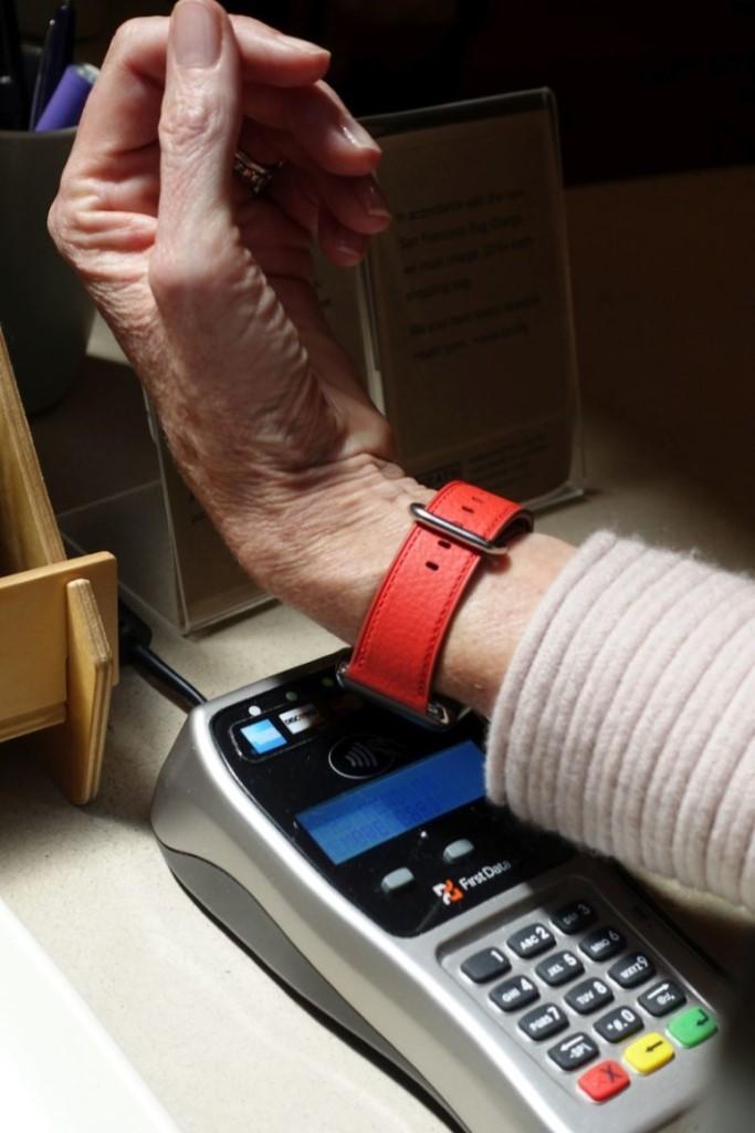 實體店付款示範-以Apple Watch示範Apple Pay付款過程,選好信用卡後只要將錶面對著感應器,便可透過NFC付款,過程只需一秒,Apple Watch亦會顯示付款詳情。