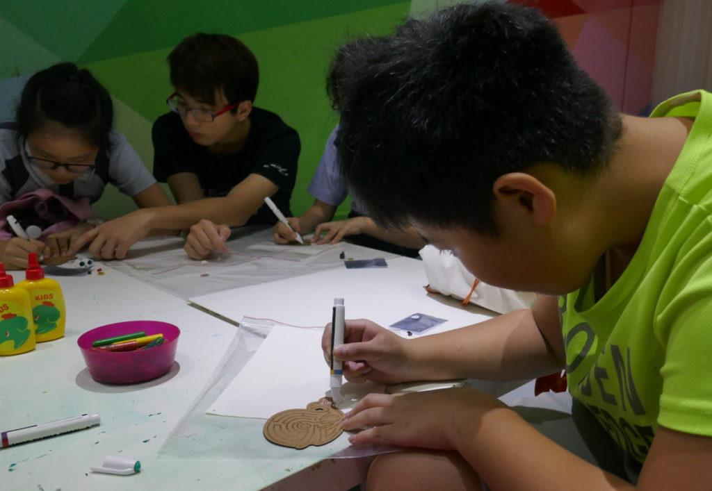 學生要用導電筆均勻地畫一條足夠粗度的導電線出來。