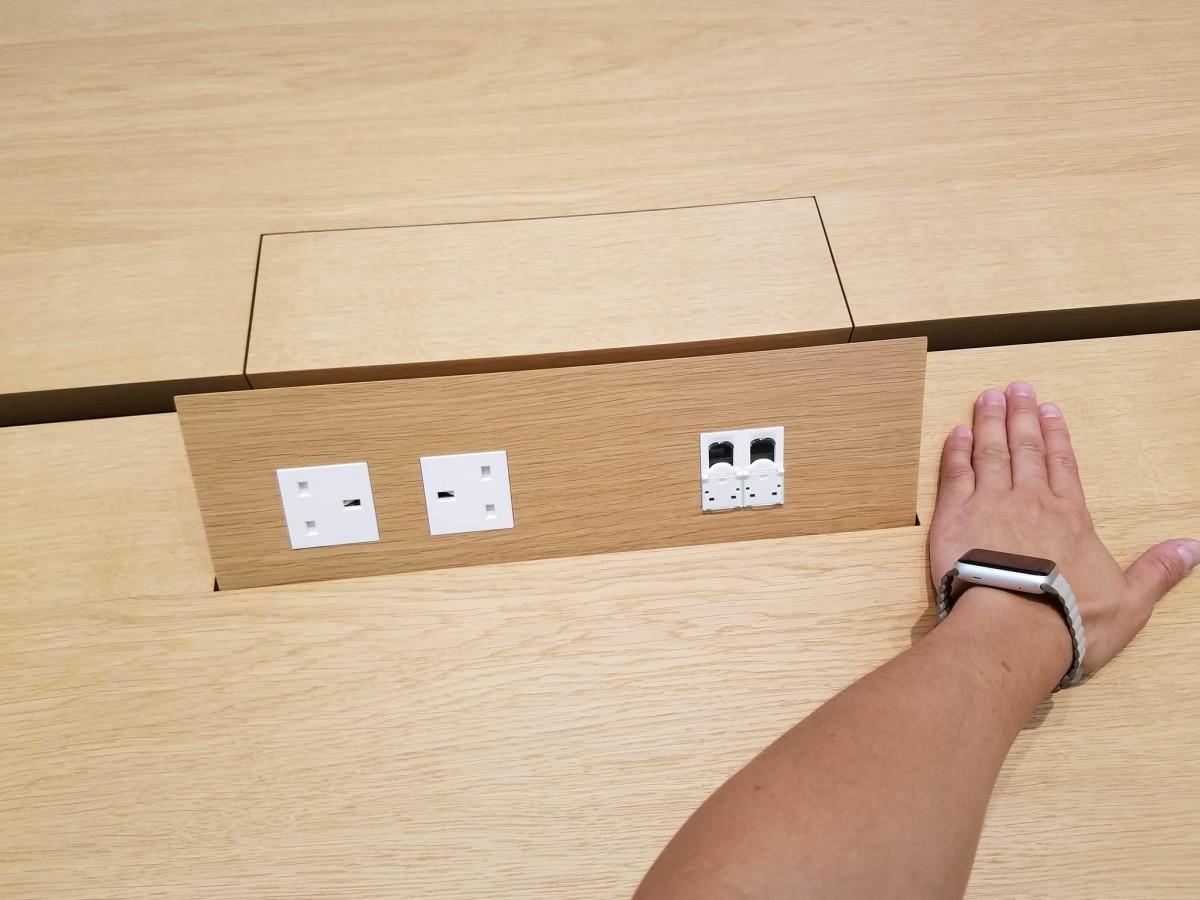 Genius Bar 枱上也有自動開關的充電裝置,用手一掃即會升起。
