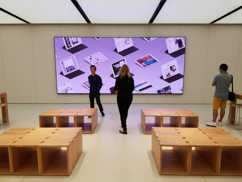 Forum 區有大屏幕,果粉們可坐在前面的木櫈交流。