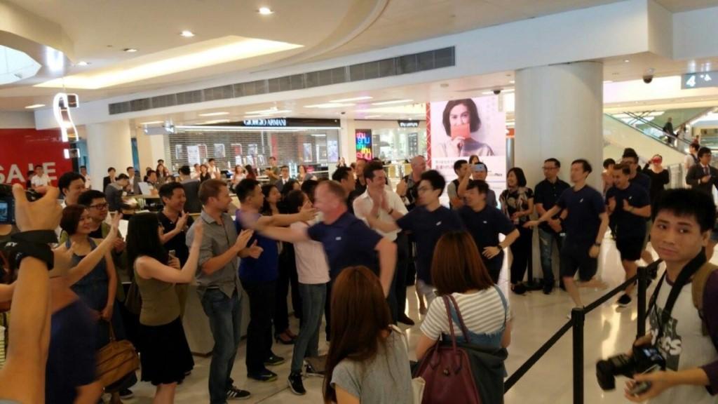 開店前有 300 多人等候,更可獲 Tee 一件。
