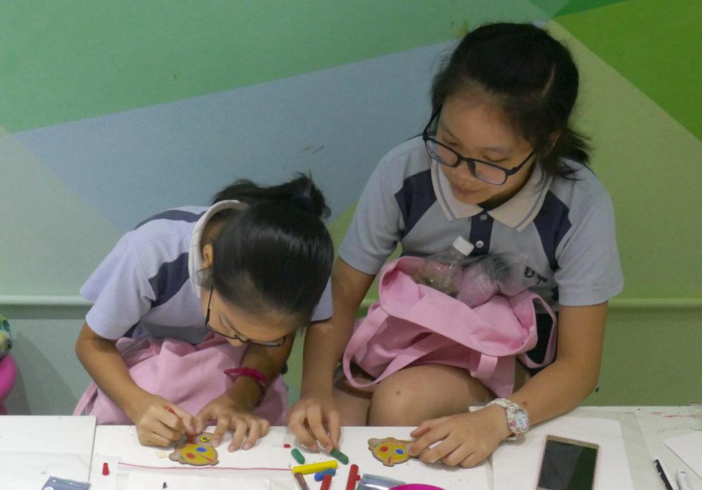 學生利用蠟筆在電路板上填色。