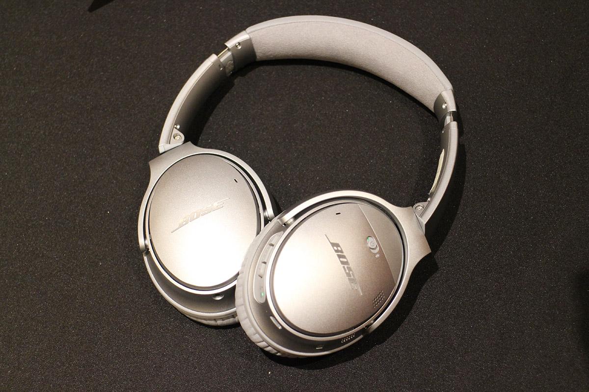 QC35 屬藍牙頭戴式耳機,備有 NFC 可輕鬆同手機配對。耳罩內外均設有麥克風,可偵測、量度環境噪音,再透過特製晶片發出相反訊號以達到降噪效果。