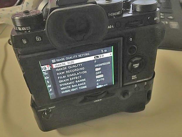 Fujifilm X-T2 的諜照中,還配有手把。