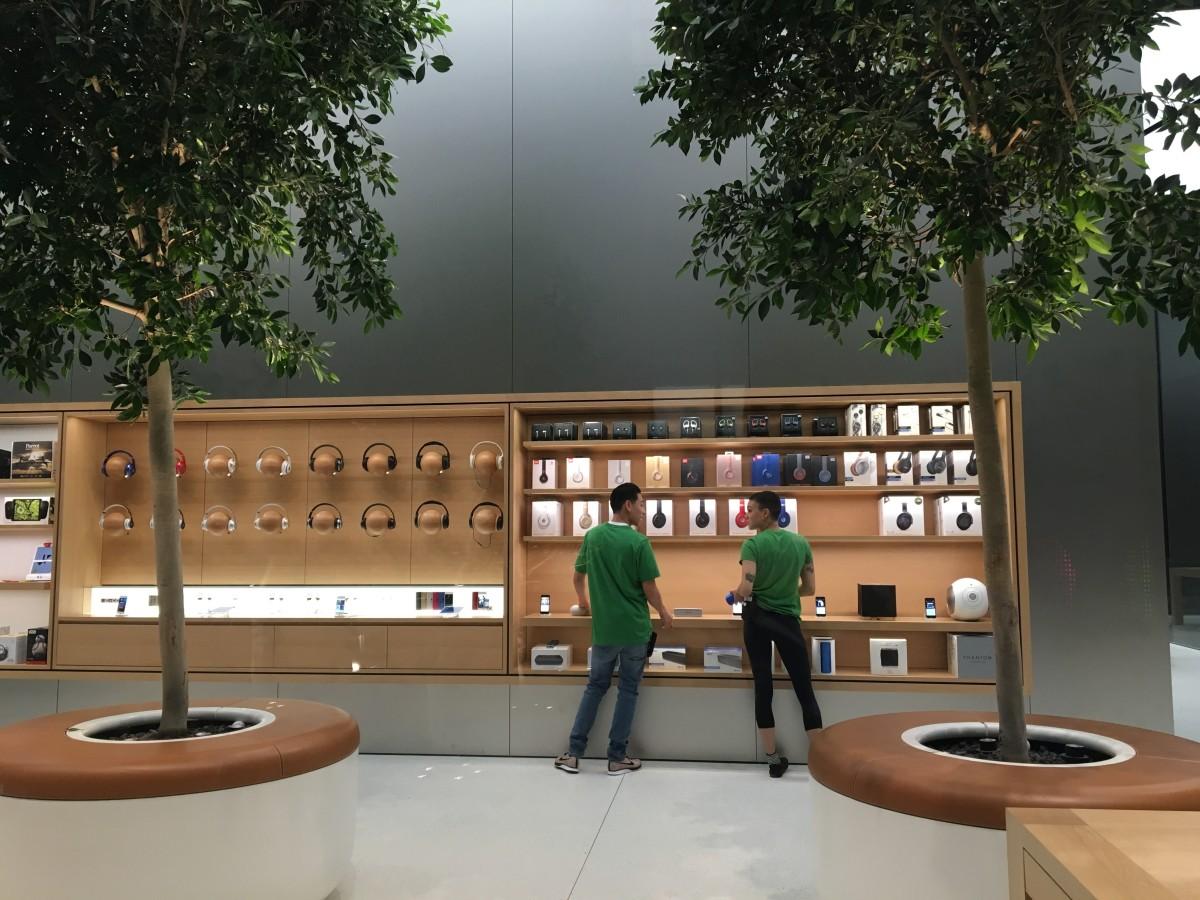 Genius Grove 旁的飾櫃展示合作夥伴的產品。耳筒產品展區以木球設計。