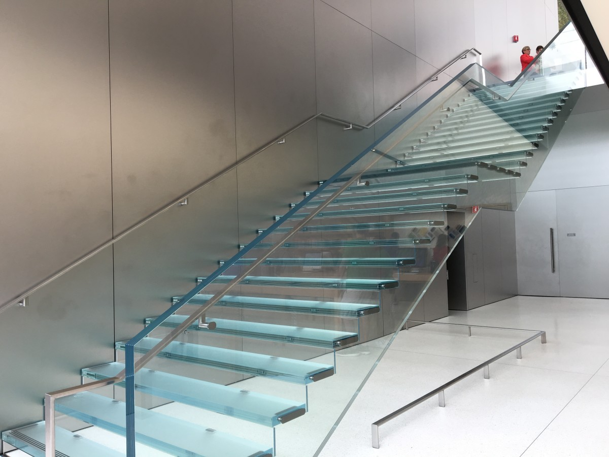 相信價值在於用超大型強化玻璃做樓梯支撐,放上每級樓梯。