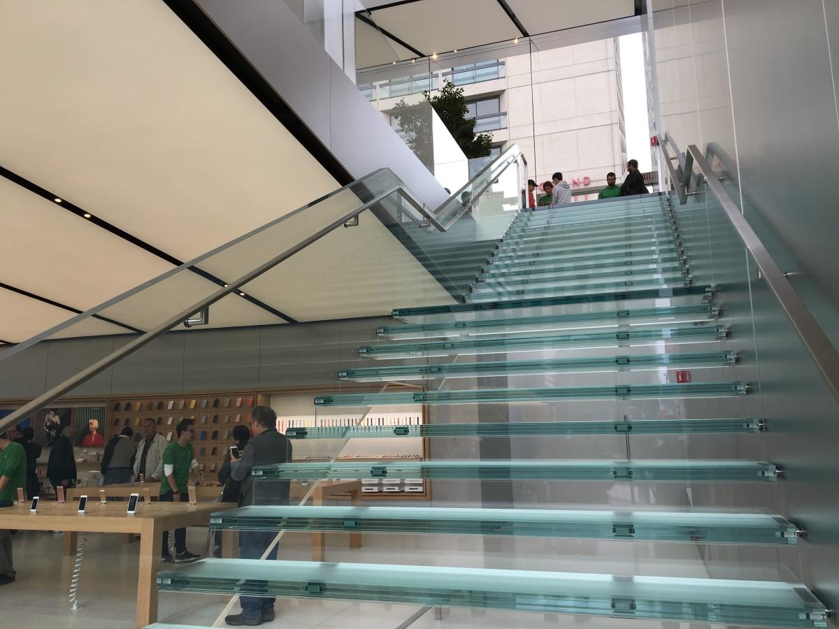 不得不提,Apple Store 的玻璃樓梯。這店兩旁各有玻璃樓梯,據聞造價 100 萬美元,即每級 33,333 萬美元。