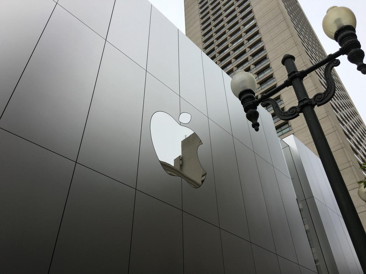 以前白色發光的蘋果標誌放在 Apple Store 正中央。蘋果不再發光發亮,移到商店的旁邊,改用銀色鏡面設計。