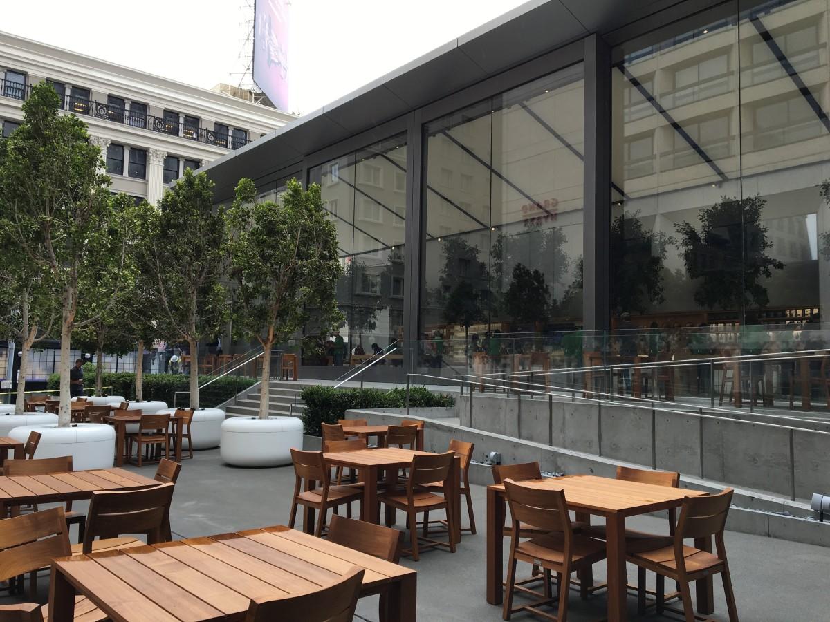 新店設有「後花園」,同樣以樹做設計賣點,將「Today at Apple」活動伸延到戶外,例如每逢周末有表演活動。