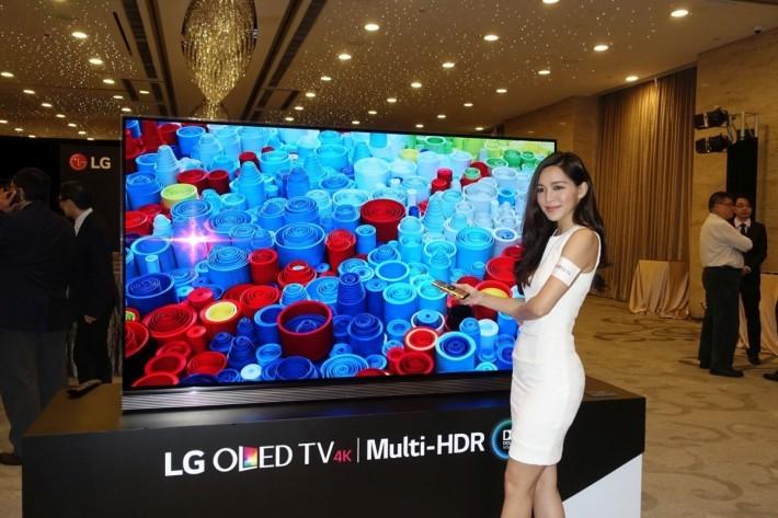 77 吋的 LG SIGNATURE 4K HDR OLED TV G6 雖然未算最大,不過都相當巨型,香港地恐怕冇乜幾多屋企放得落。