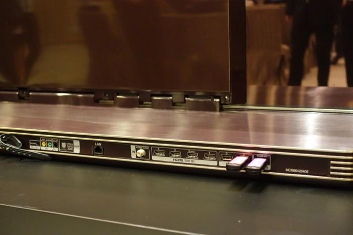 LG SIGNATURE 4K HDR OLED TV G6 具備 3 個 HDMI 、2 個 USB 2.0 及 1 個 USB 3.0 接口。