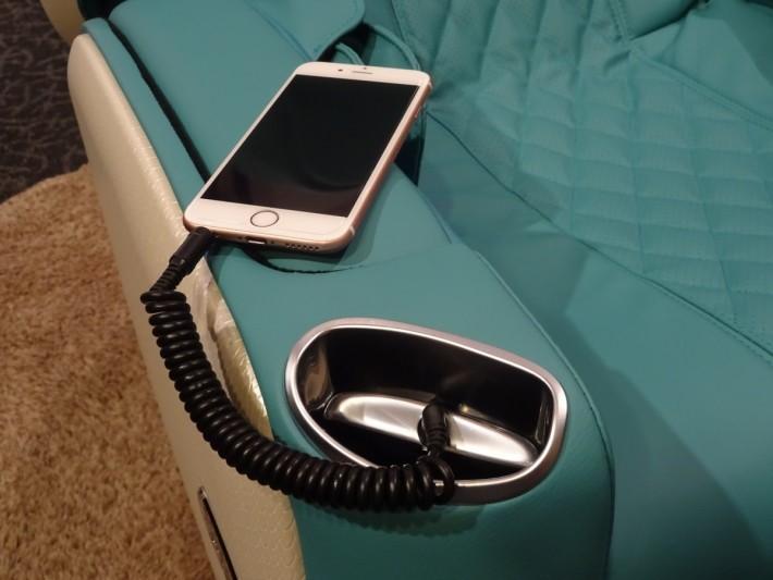 在右扶手的 3.5mm 耳機插糟連上手機便可即時在椅上播放音樂。