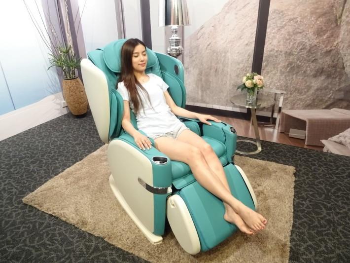 這款按摩椅除了全白色外,還有女生最愛的湖水綠、啡色和橙銅色 4 種,腳踏位置還可反轉當平常的椅使用。