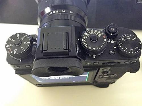 諜照上的 X-T2 快門鍵使用 X-Pro 2 那種凹陷式按鍵,而快門鍵旁並沒設置任何按鍵。