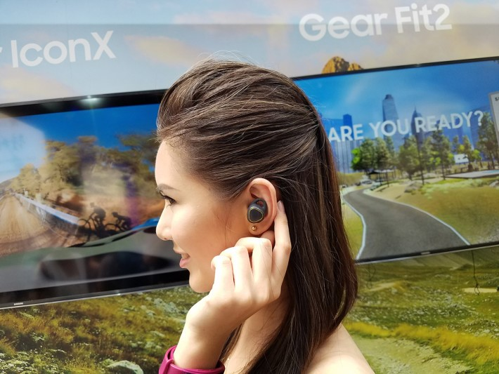 Gear icon X非常輕巧,單邊只重6.3g,佩帶起上來幾舒服,大家更可一邊聽歌,一邊記錄運動健身資料,包括運動時間、距離、速度、心跳指數、消耗的卡路里和最佳訓練範圍。