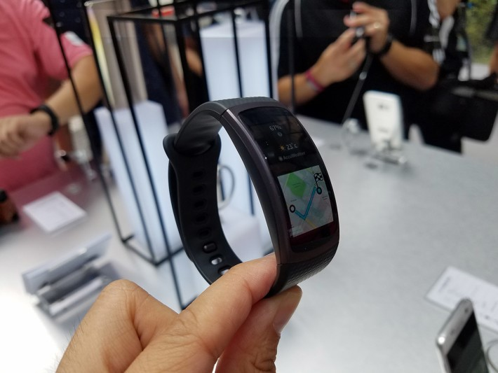 Gear Fit 2繼續用弧形屏幕設計,1.5吋屏幕更大,內置多個感應器更有GPS功能,唔需要連住手機亦可使用。