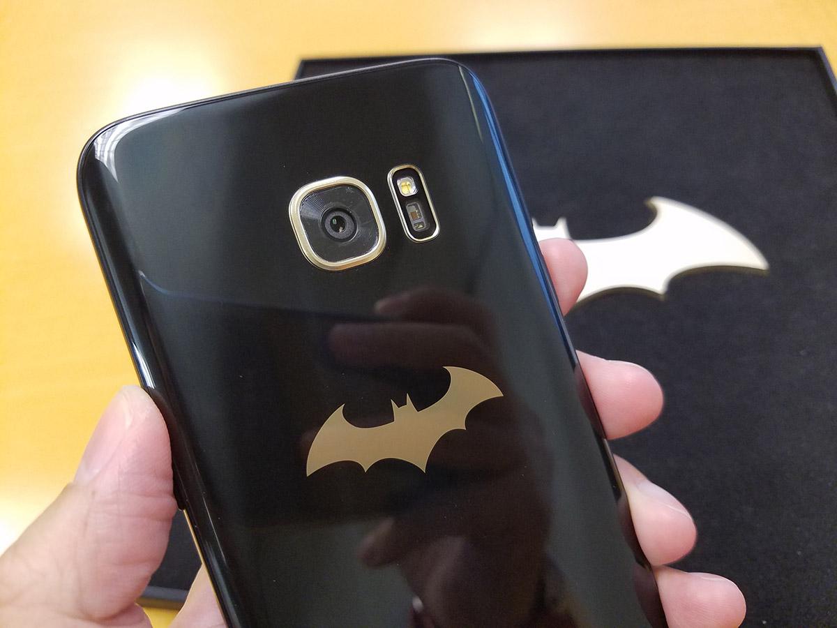 機背有金色的蝙蝠俠Logo,十分型格。