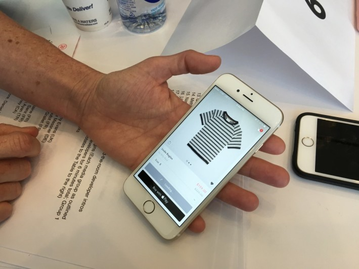 網上付款示範-Spring百貨公司也支援使用Apple Pay,甚至在網頁可直接以Apple Pay付款購物,片中示範購買一件Tee,選好款式後點選Apple Pay Button,再選Size便會加入購物籃,最後只要透過Touch ID確認後即可付款及完成交貿。