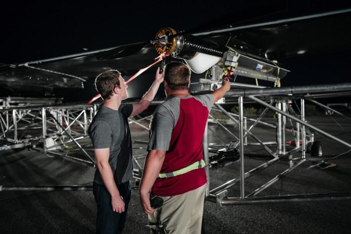 朱克伯格在起飛前檢視 Aquila 的設備