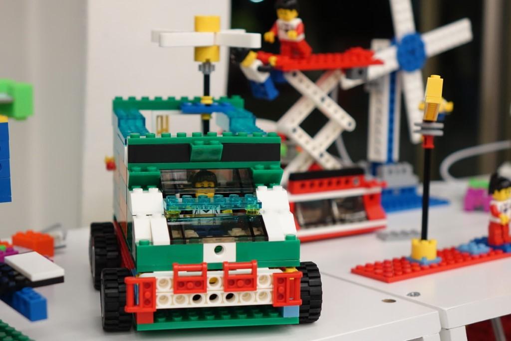 透過 Metas 的 I/O BITS 零件組裝開關電路後,小孩喜歡砌出甚麼 玩具也可以。