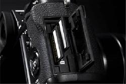 FujiFilm X-T2 備有雙卡設計